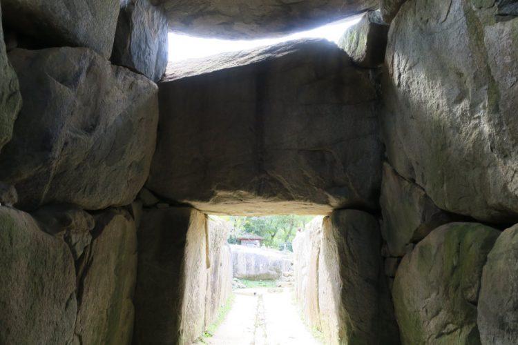 石室から入口方向