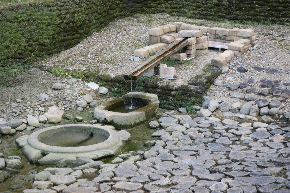 亀型石造物と小判形石造物、砂岩湧水施設
