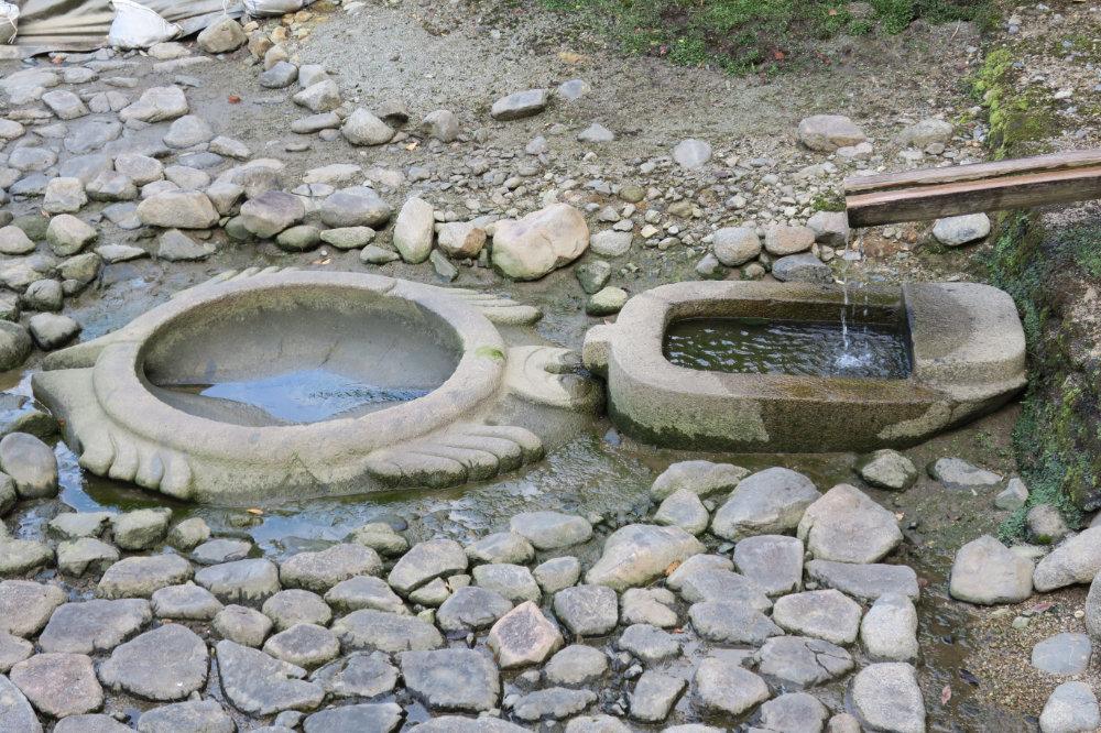 亀型石造物と小判形石造物