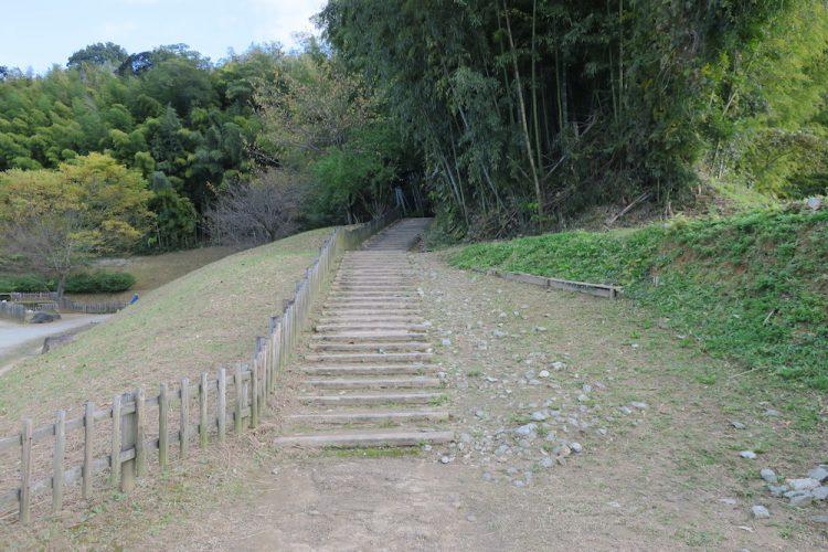 亀型石造物 入口横の階段