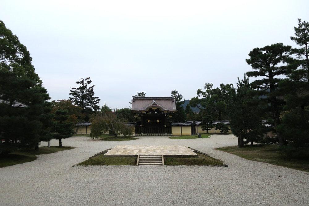 御影堂正面から石舞台、勅使門