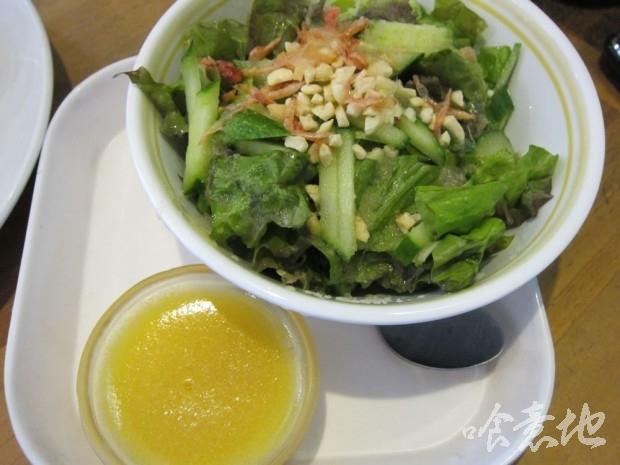 ランチセットのサラダとミニマンゴープリン