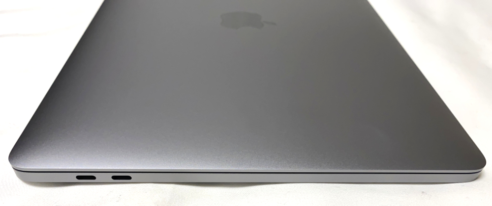 左側に2つのThunderbolt / USB 4ポート
