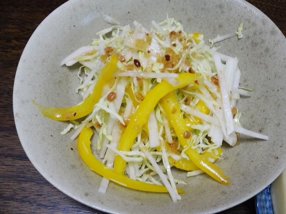 大根とキャベツ、パプリカのサラダ