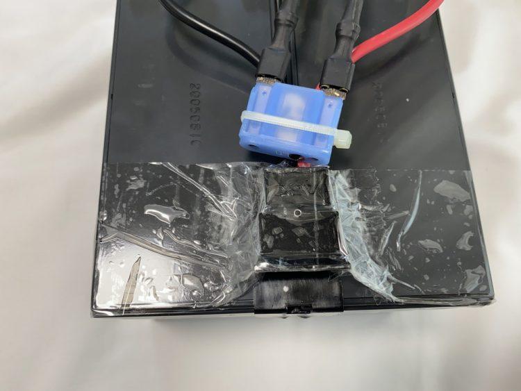 UPSと接続する部品をバッテリーに固定