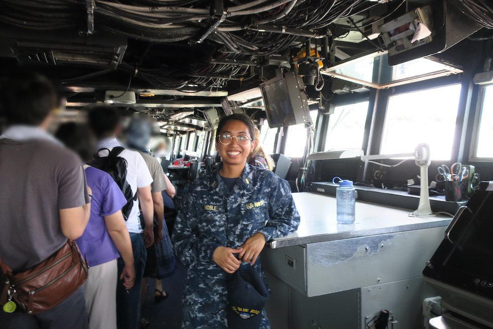 笑顔の女性乗組員