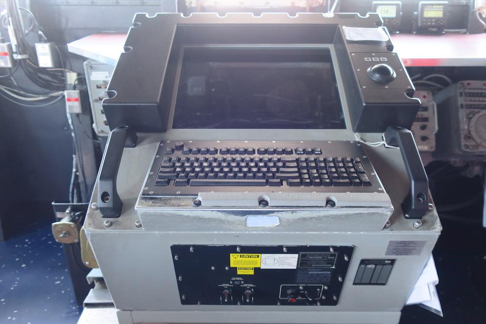 キーボードが付いたコンソールマシン