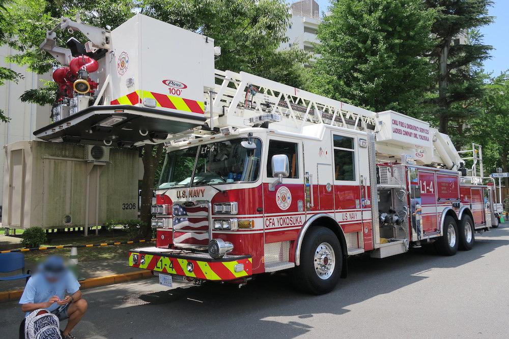 基地内で働く消防車