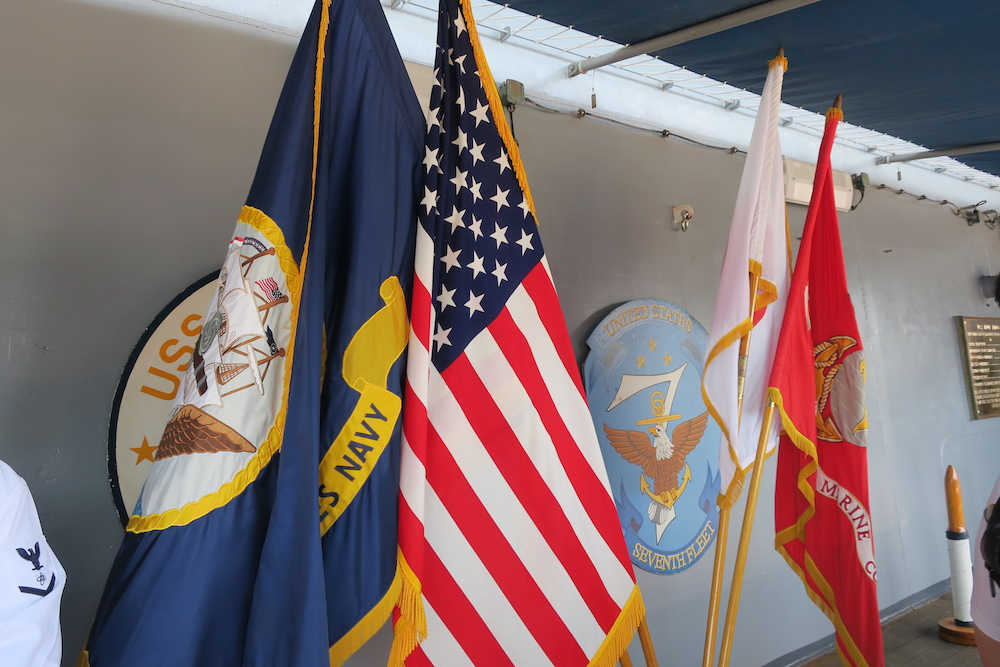 アメリカ国旗や部隊旗など