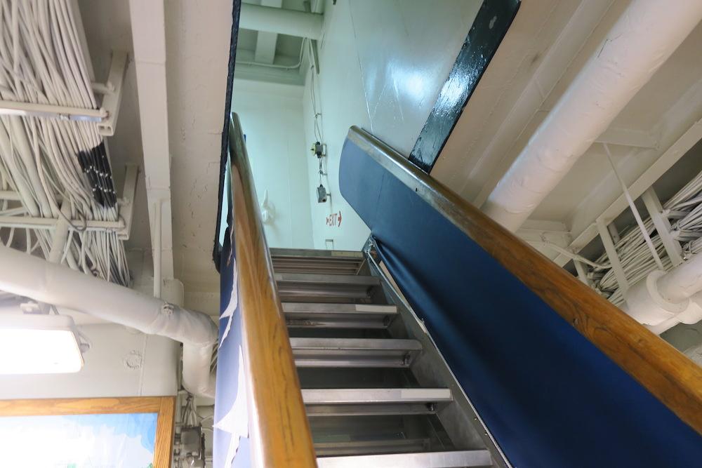 船内の階段