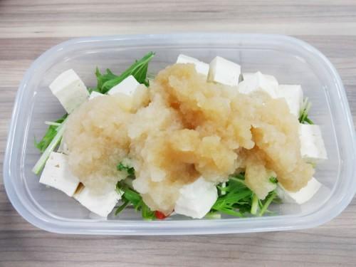 大根おろしにポン酢のドレッシングを掛けた豆腐サラダ